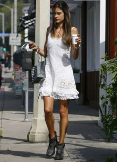 alessandra-ambrosio-street-style-vestido-branco-ankle-boot