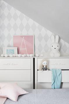 subtle room of two girls in scandi style uroczy pokój dwóch dziewczynek w stylu scandi