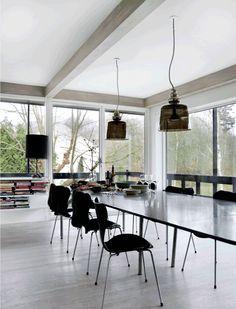 reelinki: .Musta keittiö minimalistisessa kodissa.