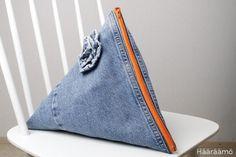 Tetran mallinen farkkupussukka ruusukkeella + ohjelinkki Purse Wallet, Coin Purse, Pouch, Redone Jeans, Recycle Jeans, Project Runway, Handicraft, Diy And Crafts, Recycling