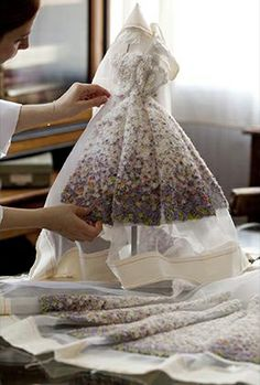 How to make your own Miss Dior Dress? Dior shows us the effort Haute Couture takes: http://www.inforluxe.be/nieuws/detail/how-to-make-a-dior-dress
