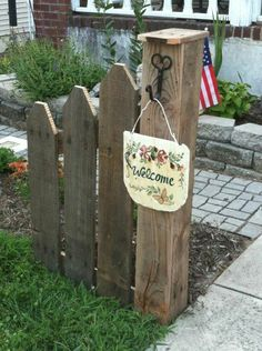 Decorative mini fence w/post for entry walkway from a pallet (pic only, no instructions).