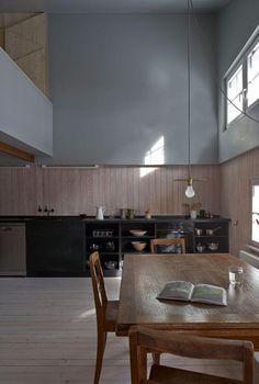 lambris mural, lambris bois dans une cuisine spacieuse avec mezzanine