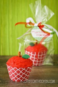 Apple For The Teacher Cupcakes. Perfect for Teacher Appreciation Week and end of the school year. Teacher Cupcakes, Cute Cupcakes, School Cupcakes, Egg Cupcakes, Party Cupcakes, Cupcake Couture, Back To School Party, School Parties, High School