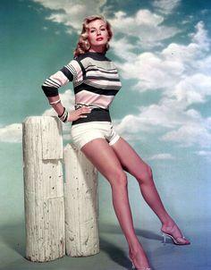 Curvy leggendaria, Anita Ekberg era fierissima delle sue forme giunoniche. Anche tu, come lei, punta su gambe tornite e rassodate da gym, trattamenti e creme ad hoc. -cosmopolitan.it