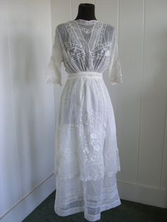 1900-1910 Vintage White Linen Victorian Summer Dress.  would be nice for a bohemian summer wedding in a field.