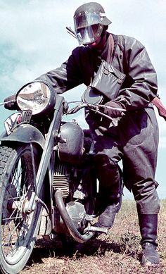 Mensajero alemán en motocicleta vestido con su ropa de lluvia . Como cualquiera que haya montado sobre dos ruedas en la lluvia sabe , la máscara se convierte en una verdadera barrera de visión en algun momento a todos.