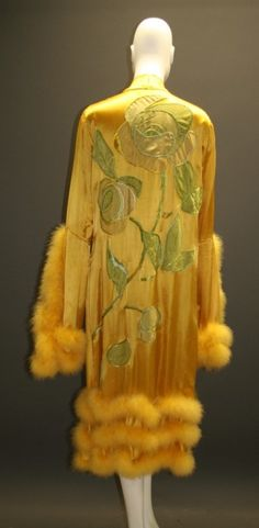 Circa 1920 dressing gown (back) in viscose, silk taffeta, silk crepe, and crepe de chine with marabou. Via Modesammlung Wien Museum. Vintage Gowns, Mode Vintage, Vintage Lingerie, Vintage Outfits, Vintage Clothing, 20s Fashion, Art Deco Fashion, Fashion History, Vintage Fashion