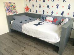 Woood bedbank Dennis staalgrijs ninjabehang ninja dekbed van little tulip kussentjes zelfgemaakt pvc vloer stoere jongenskamer kinderkamer