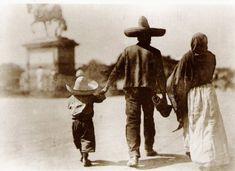 Familia en la Cd. de Mexico, al fondo se aprecia el Caballito.