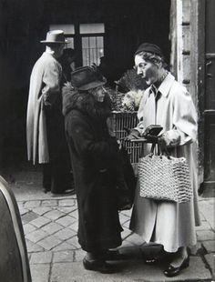 Robert Doisneau - Les Parisiens tels qu'ils sont - Deux dames endimanchées, rue de Buci Paris VI, Dimanche 22 mars - 1953