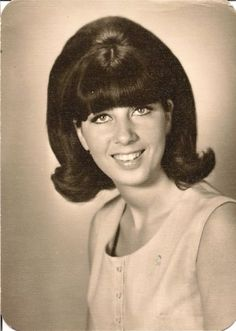 Vintage Hairstyles vintage everyday: Vintage American Teen Girls' Hairstyles – Female Students of the High Schools in California from the late to early Teen Girl Hairstyles, Grease Hairstyles, Retro Hairstyles, Beauty Salon Near Me, Hair And Beauty Salon, Hair With Flair, 1960s Hair, Retro Updo, Beehive Hair