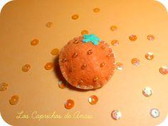 Broche naranja: Broche cosido a mano hecho de fieltro con rocalla en forma de naranja con una medida aproximada de 4.5cm de alto x 4.35cm de ancho. #Naranja, #Brooch, #Broche, #Orange