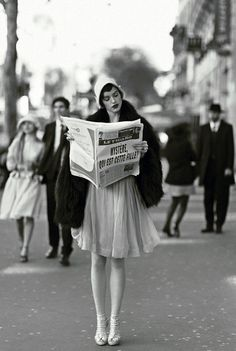 A French flapper reads the newspaper - # .- Ein französischer Flapper liest die Zeitung – A French flapper reads the newspaper – # # French - Retro Mode, Mode Vintage, Vintage Love, Vintage Beauty, Vintage Paris, Retro Vintage, Vintage Black, Vintage Gucci, Vintage Glamour