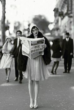 L'étoile montante, Peppy Miller (Bérénice Bejo à l'écran), à la recherche d'un rôle Robe et minicape en mousseline brodée et sandales, Dior, cape en renard, Yves Salomon, bagues, Gucci.