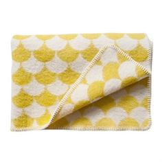 Gerda throw yellow Variant: 90x130 cm  The lovely Gerda blanket in yellow comes from Brita Sweden and is made of warm, cozy and lovely lambs wool with a stylish graphic pattern.