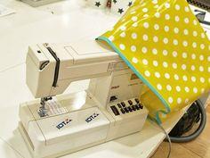 Vandaag is er een instructie om je te helpen je lieveling, de naaimachine, een welverdiend schoonheidsslaapje te bezorgen: een prachtige hoes voor je naaimachine! Yvonne van leni pepunkt. laat je zien hoe je dat kan doen.