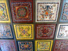 Az Ormánságban 2004-ben, azaz tizenkét évvel ezelőtt jártam először. Akkor azt mondta nekem egy ott élő, hogy ha Magyarországnak… Hungarian Embroidery, Embroidery Patterns, Folk Art, Tiles, Gallery Wall, Traditional, Frame, Artists, Clothing