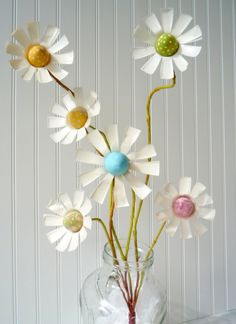 So this egg flower is reasonably close to one of Martha's ideas. Martha made an egg flower using crepe paper . We used pop, soda.or wh. Plastic Bottle Flowers, Diy Plastic Bottle, Hand Flowers, Diy Flowers, Pop Bottle Crafts, Pop Can Crafts, Festa Monster High, Easter Traditions, Easter Colors