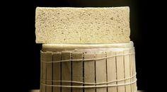 PENNERONE Tipico solo della pianura lombardia, il Pennerone è un formaggio grasso dal sapore amaragnolo, fatto di latte bovino intero. Le caratterisiche del Pennerone sono l'assenza si salatura e le forti dosi di caglio usate nella lavorazione. Il risultato è un particolare gusto fra il dolce e amaro difficile da riscontrare in altri formaggi italiani.