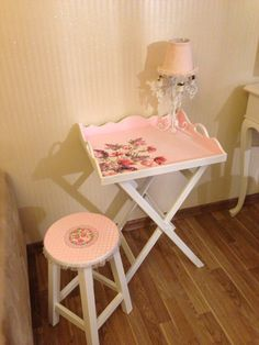 Servis sehpasi ve tabure takimi Lap Table, Wood Crafts, Diy Crafts, Stool, Chair, Painted Boxes, Diy Flowers, Painted Furniture, Sweet Home