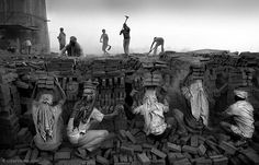 http://www.geledes.org.br/projeto-fotografico-tocante-registra-escravidao-moderna-que-fingimos-nao-ver/#axzz3HkOw5e5H