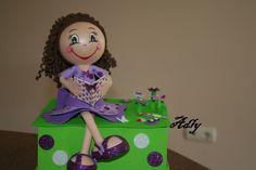 Caixa com boneca e EVa. Foi feita atendendo as características do cabelo e cores preferidas