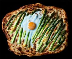 Bake a delicious Asparagus Pizza . Free tutorial with pictures on how to cook a pizza in under 90 minutes by cooking and baking with butter, water, and salt. in the Recipes section Difficulty: Easy. Pizza Recipes, Vegetarian Recipes, Healthy Recipes, Dinner Recipes, Summer Recipes, Great Recipes, Favorite Recipes, Asparagus Pizza, Cookies Banane