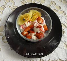 Dessert colesterolo free con gelato di soia, fragole e fiori di ananas
