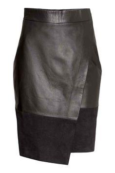 Falda cruzada de piel: ALTA CALIDAD. Falda hasta la rodilla de piel con parte inferior de ante. Modelo cruzado en la parte delantera, cremallera oculta y botones de presión en la parte lateral. Forrada.