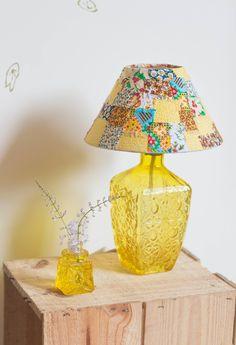 Abajur feito de garrafa, com cúpula em retalhos! <br> <br>Obs* Foto ilustrativa, os retalhos podem ser alterados sem aviso prévio!