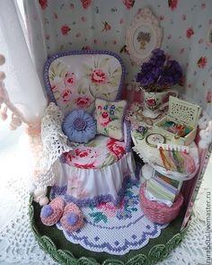Pequeño costurera un regalo para las mujeres.  Casa, rumboks, muñecas en miniatura de una muñeca