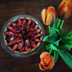 crostata di fragole e tulipani