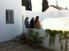 Nuestras alumnas en prácticas de turismo y sociología, hacen su descanso mañanero en la terraza del Museo Gómez-Moreno