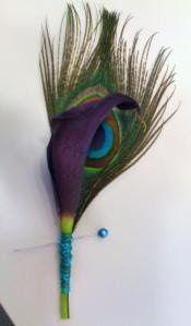 Boutonnière plume de paon et arum violet
