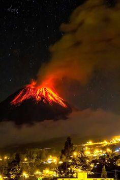 Baños la mamá Tungurahua en una noche espléndida Ecuador, Magical Images, Mount Rainier, South America, Mother Nature, Mountains, Country, World, Places