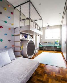 Оформление спортивного уголка в квартиру: 70+ функциональных идей для небольших комнат http://happymodern.ru/oformlenie-sportivnogo-ugolka-v-kvartiru/ Альпинистская стенка у изголовья кровати в малогабаритной комнате