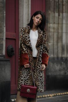 Fashion Blogger Jasmin Kessler, wearing a faux coat with leopard print by Baum und Pferdgarten /w Versace Jeans handbag // #outfit #ootd #winter #autumn #fashion #streetstyle #fashiontrends