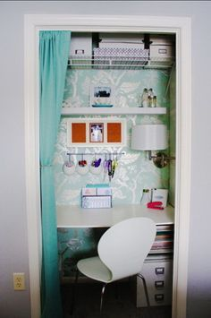 pequeñEste escritorio se encuentra en un pequeño espacio de un viejo armario. Se ha ubicado una cortina para esconder el área de trabajo cuando ya no es utilizado. Como verás las repisas son de gran ayuda para ambientes de pequeñas dimensiones.a oficina