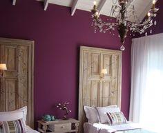 Mais uma proposta da Decocasa, cor vibrante na parede suavisada por detalhes em cores delicadas... e as portas como cabeceira das camas me...