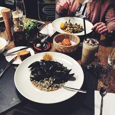 Dziś pognało nas do totalnie nieznanej części Poznania a mianowicie Podolan  Poszukiwania czegoś do zjedzenia (Madzix wygłodzona bo środa dla niej to dzień bez lunchu - minusy studiów dziennych ) zakończyły się w pięknie wyglądającej restauracji GUSTO FOOD & WINE przy hotelu Illon  Wnętrze zdobyło nas prostotą totalnym minimalem i ulubionym połączeniem struktur drewno  marmur Siadamy i u przemiłego kelnera zamawiamy: Madzix spaghetti ze skorzonerą szpinakiem karczochami i oliwą cytrynową (32…