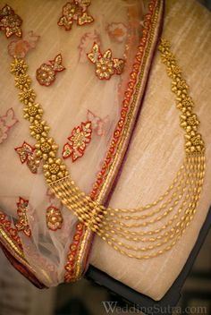 Pair this oval beads gold raani haar with your bridal wear this wedding season. Double tap if you ❤️ this! Indian Wedding Jewelry, Indian Jewelry, Bridal Jewelry, Gold Jewelry Simple, Golden Jewelry, Jewelry Design Earrings, Gold Jewellery, Jewlery, Jewelry Patterns