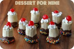 Banana Split Bites These are adorable! Seems like a great snack for a slumber party. Yummy Treats, Sweet Treats, Yummy Food, Cute Food, I Love Food, Banana Split Bites, Just Desserts, Dessert Recipes, Mini Desserts