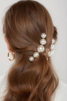 Pearl Clip Gorgeous pearls of different sizes Clear clip This product has been hand-picked by Storets' stylists.Gorgeous pearls of different sizes Clear clip This product has been hand-picked by Storets' stylists. Crystal Hair, Pearl Hair, Hair Scarf Styles, Curly Hair Styles, Natural Hair Styles, Hair Clip Styles, Pigtail Hairstyles, Braided Hairstyles, Clip Hairstyles