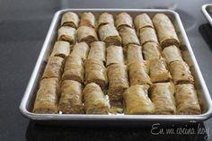 Una receta fácil para preparar dulces árabes en casa. EL resultado es delicioso. Food Network Recipes, Food Processor Recipes, Cooking Recipes, Baklava Roll Recipe, Middle East Food, Chilean Recipes, Chilean Food, Arabian Food, Arabic Sweets