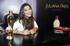 Juliana Paes alegra os fãs durante uma sessão de autógrafos em um shopping carioca. Confira em O Fuxico! | Ofuxico