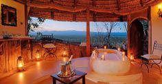 Elegante na medida certa, o banheiro mais luxuoso do hotel Elsa's Kopje, no Quênia, ganha um ar ainda mais belo sob a luz de velas. A propriedade tem vista para as planícies do Parque Nacional Meru, a 350km de Nairobi, capital do país. Prepare o bolso: o quarto da foto (Private House), que recebe até quatro pessoas e tem sistema all inclusive, custa a partir de US$ 1.400 por noite na baixa temporada (cerca de R$ 4.500) a até quase US$ 3 mil na alta temporada e com safári incluso (cerca de R$…
