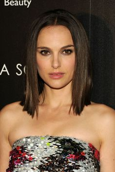 Natalie Portman dyed her hair minutes before the red carpet — InStyle Why Jared Leto learned to put on lipstick — The Cut Stop the sag with these Celebrity Haircuts, Short Bob Haircuts, Carre Haircut, Lob Hairstyle, Cool Hairstyles, Bobs Image, Short Straight Hair, Brunette Woman, Let Your Hair Down
