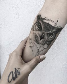 Today we're going to step again into the world of animal tattoos bringing you 50 of the most beautiful owl tattoo designs, explaining their meaning. Owl Tattoo Small, Small Tattoos For Guys, Cool Small Tattoos, Large Tattoos, Trendy Tattoos, New Tattoos, Girl Tattoos, Tattoos For Women, Temporary Tattoo Sleeves