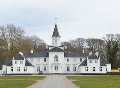 Islingen Gods, Sjælland - Iselingen er en hovedgård er grundlagt i 1774. Iselingens hovedbygningen er opført i 1802 Reinhard Iselin var født i Schweiz, kom som 25-årig til København, hvor han fik ansættelse på firmaet M. Fabritius og J.F. Wevers kontor. På få år fik han arbejdet sig op til en selvstændig stilling og oprettede således i 1749 handelshuset R. Iseli